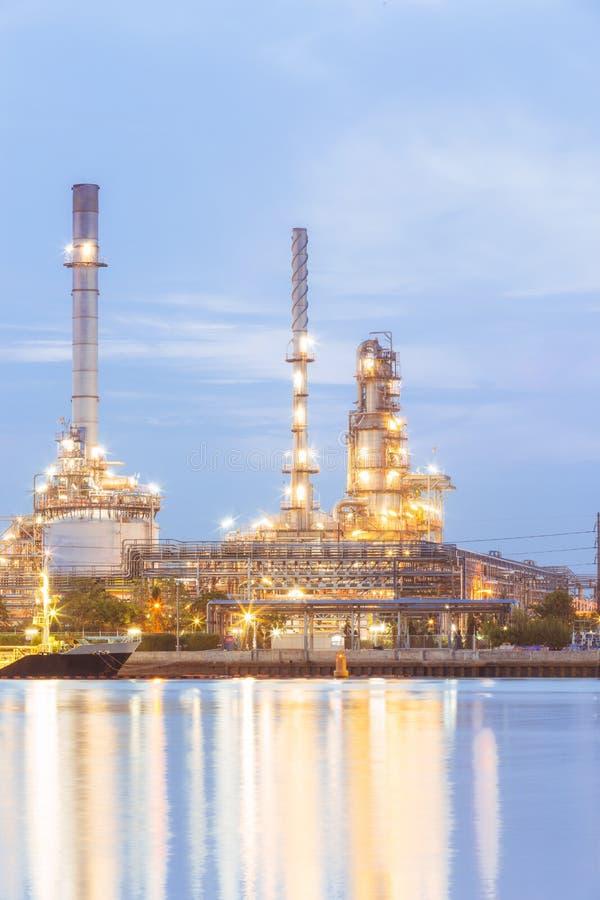 Завод нефтеперерабатывающего предприятия на сумраке стоковые изображения