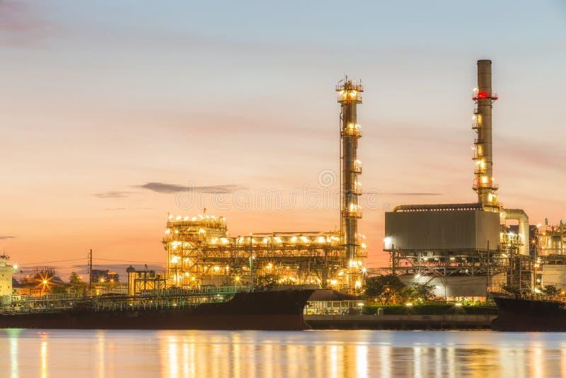 Завод нефтеперерабатывающего предприятия на сумраке стоковая фотография