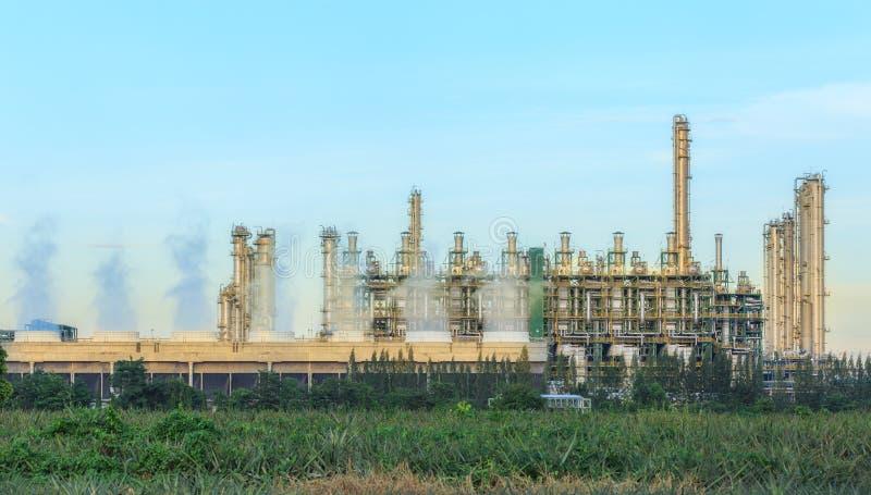 Завод нефтеперерабатывающего предприятия с голубым небом стоковое фото rf