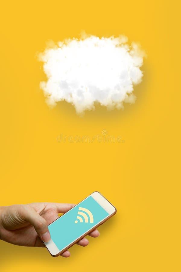 Заволоките концепция вычислительной технологии, человек держа умный телефон и стоковая фотография rf
