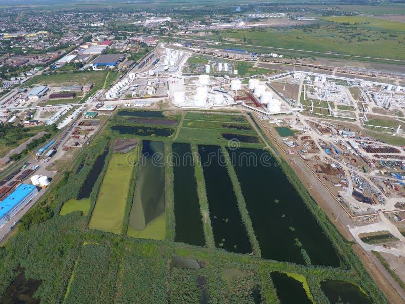 Завод по обработке нечистот внутри Slavyansk-на Кубани Вода для очистки сточных вод в малом городе Яркие тростники на банках воды стоковая фотография