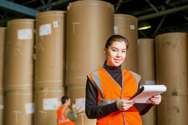 Заводской рабочий бумажной фабрики стоковые изображения
