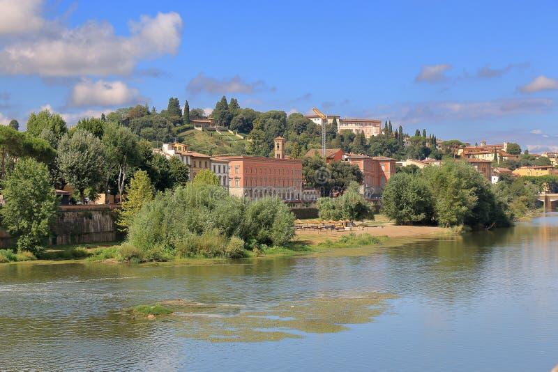 Заводы и старые здания на береге реки реки Арно Флоренция стоковая фотография rf