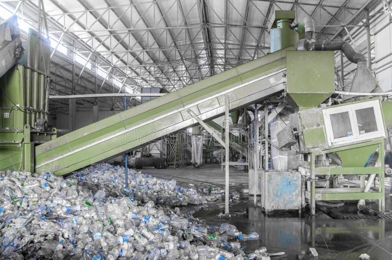 Завод для рециркулировать бутылки стоковое фото