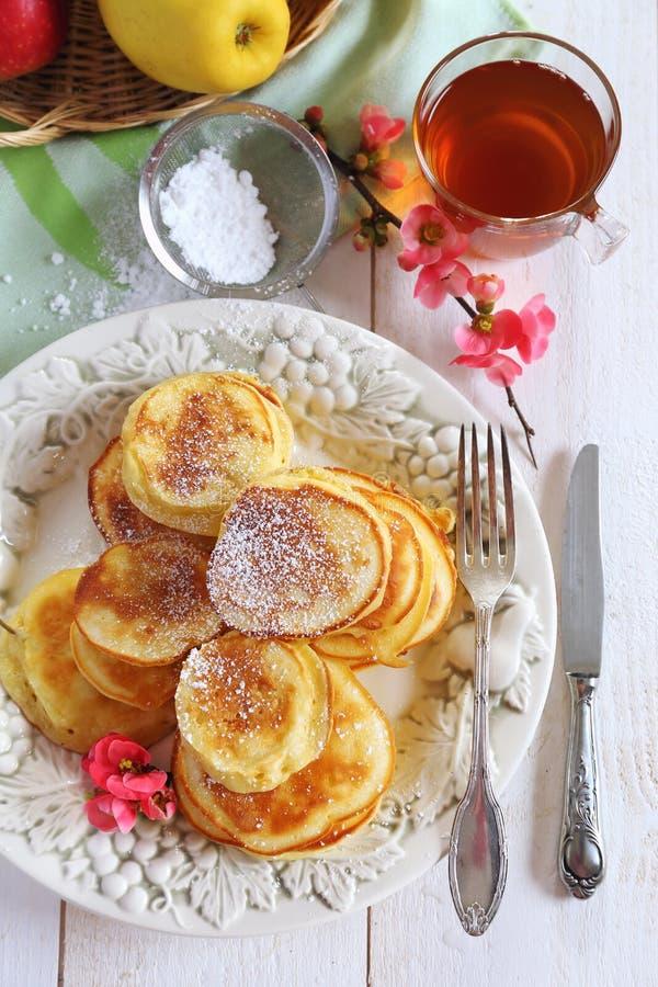 Завтрак весны сладостный: оладь оладьи яблока пушистые стоковые фото