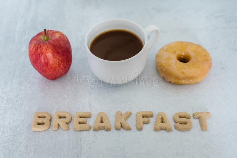 Завтрак - выбор пончика или яблока стоковая фотография