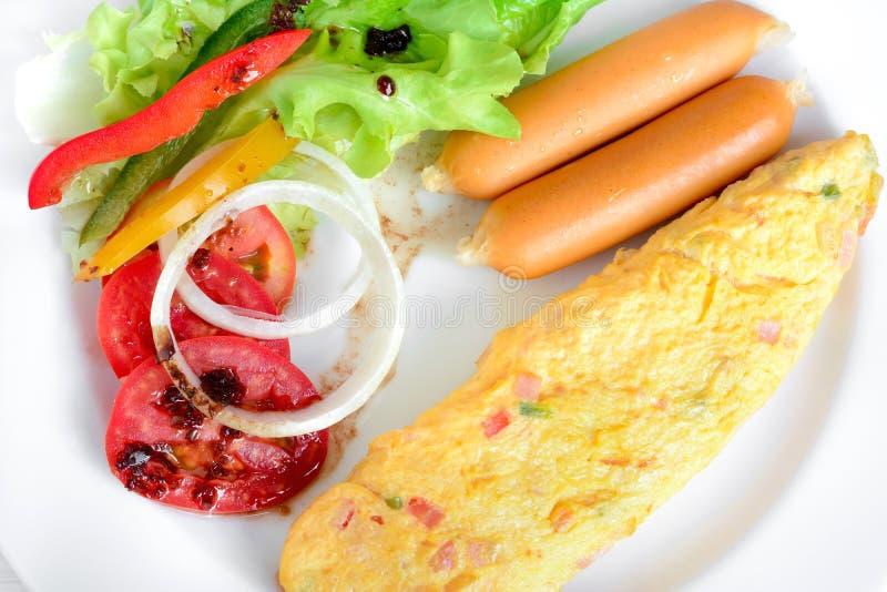 Завтрак в белом блюде стоковое изображение rf