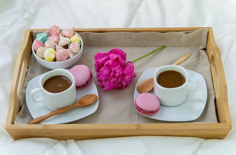 Завтрак в кровати для 2 Деревянный поднос с кофе, macaroons и Bizet стоковая фотография