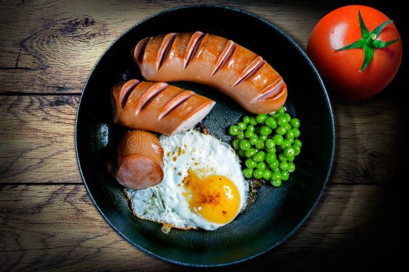 Завтрак в лотке горохов и томатов сосисок яичниц стоковое изображение rf