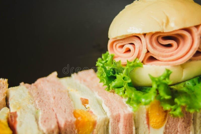 Завтрак, гамбургер, сандвич в черной плите С космосом экземпляра стоковые фотографии rf