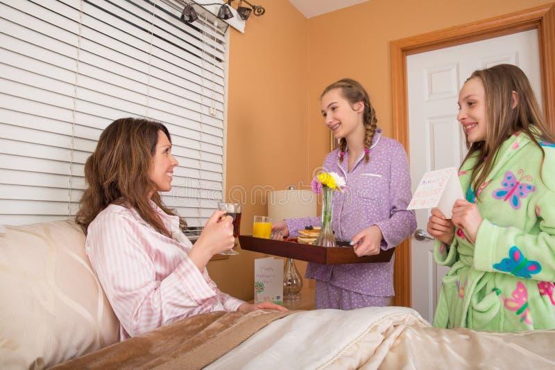 Завтрак Дня матери в кровати стоковая фотография rf