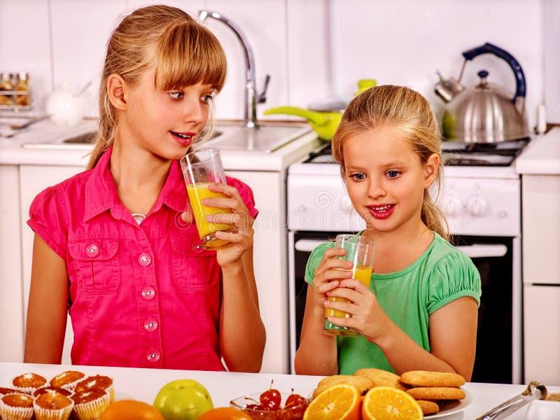 Завтрак детей на кухне стоковая фотография