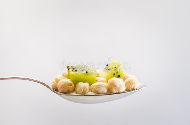 Завтрак здорового завтрака сухой с кивиом в ложке на светлой предпосылке стоковые изображения