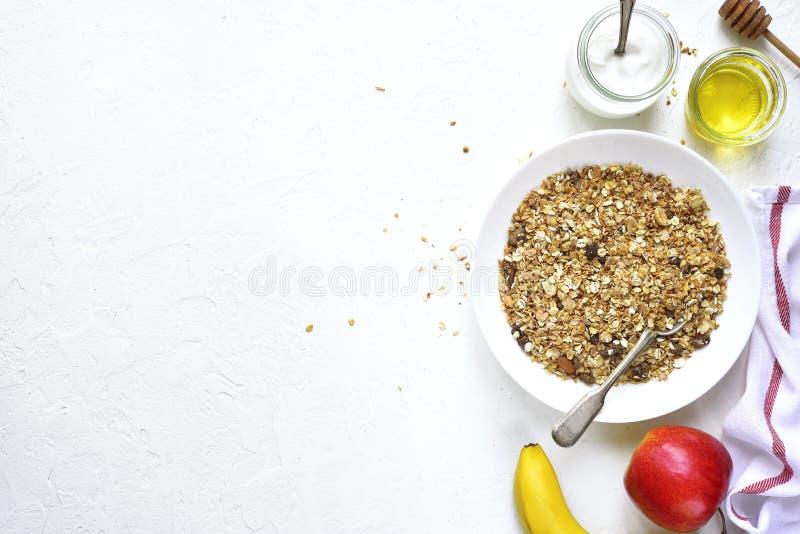 Завтрак здорового питания: granola, плодоовощи, югурт и мед верхняя часть соперничает стоковая фотография rf