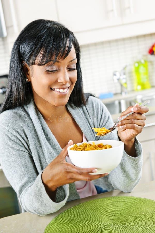 завтрак имея женщину стоковая фотография rf
