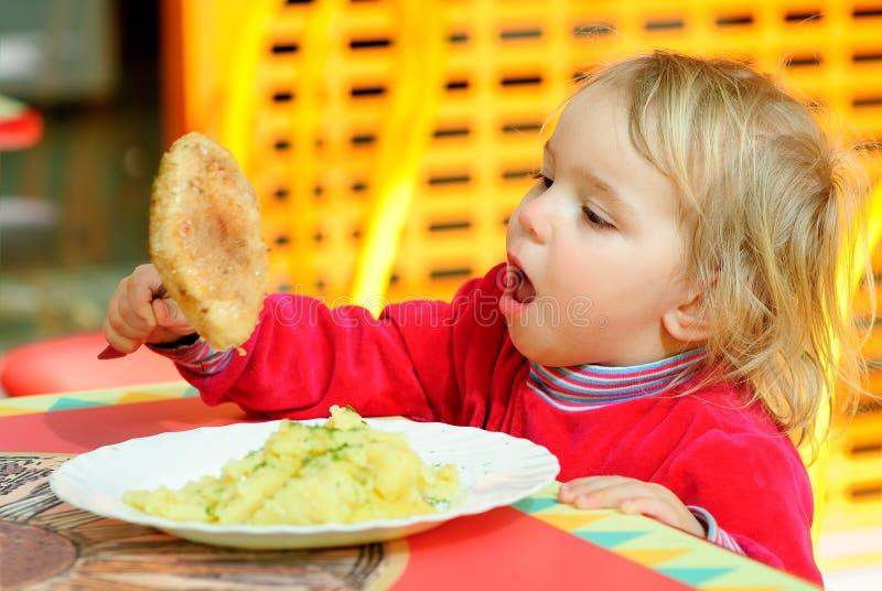 завтрак имея портрет малыша стоковое изображение rf