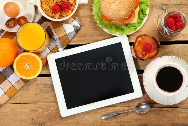 Завтрак и таблетка стоковые изображения