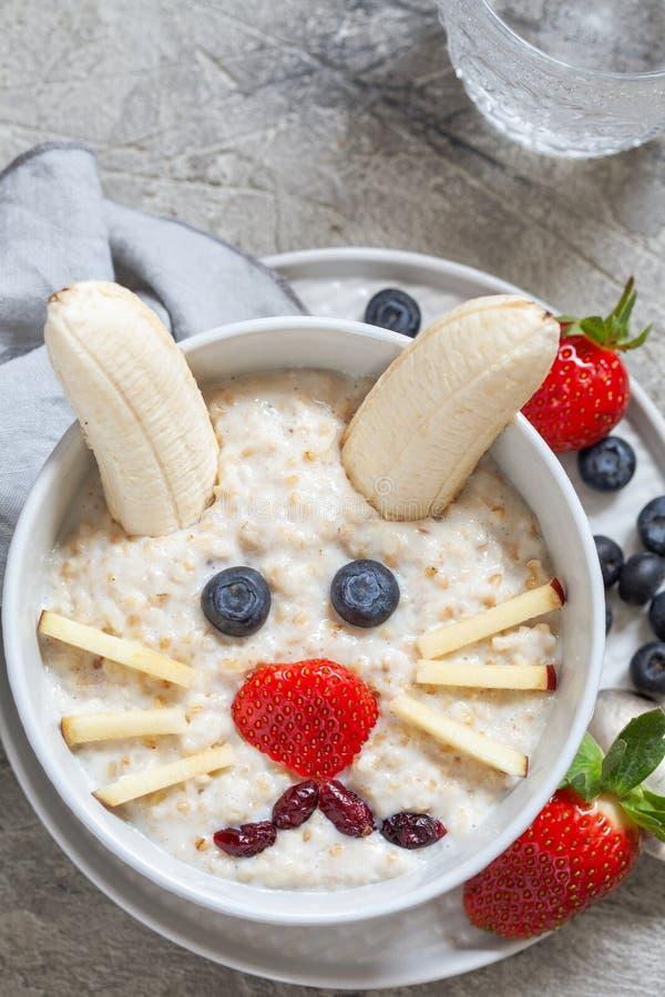 Завтрак каши кролика зайчика пасхи стоковое изображение
