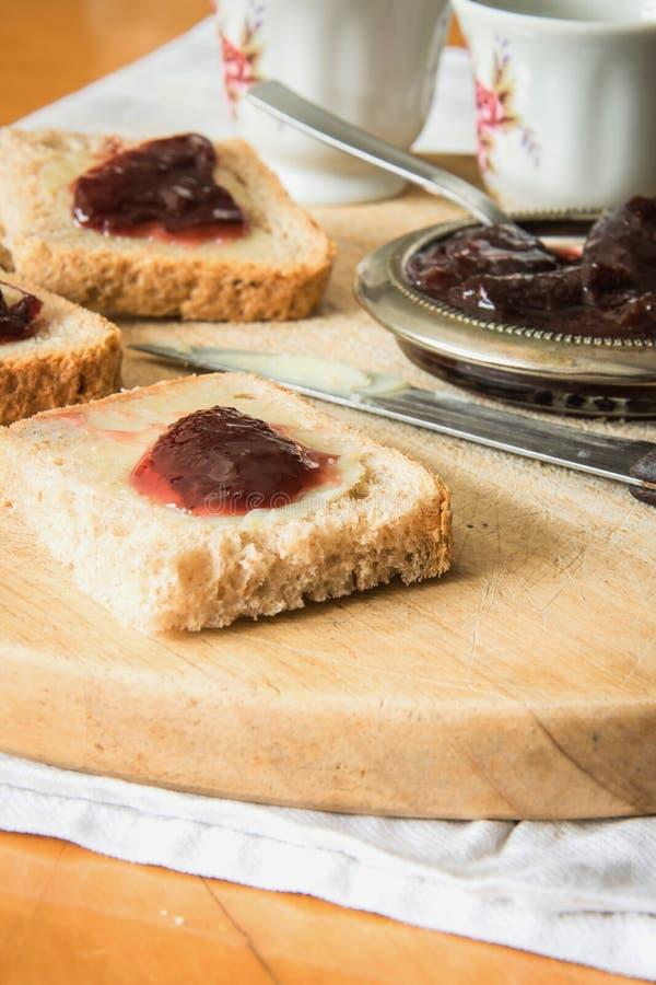 Завтрак коттеджа - домодельный хлеб, масло, варенье и кофе стоковое фото