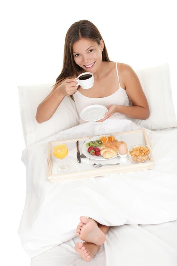 завтрак кровати есть женщину стоковые фотографии rf