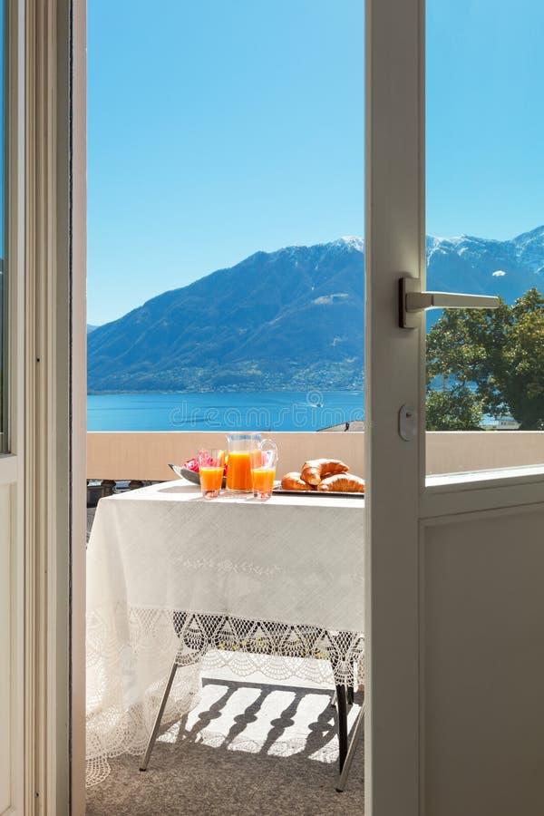 Завтрак на балконе, outdoors стоковое фото