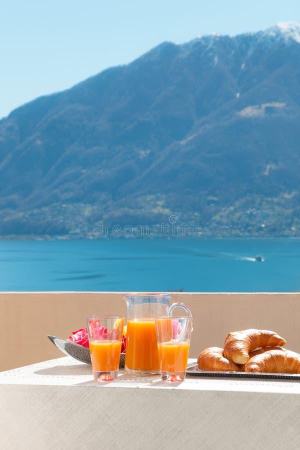 Завтрак на балконе, outdoors стоковые фотографии rf