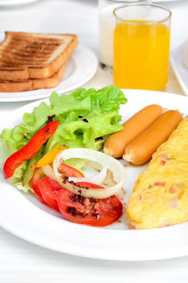 Завтрак на белой таблице стоковая фотография rf