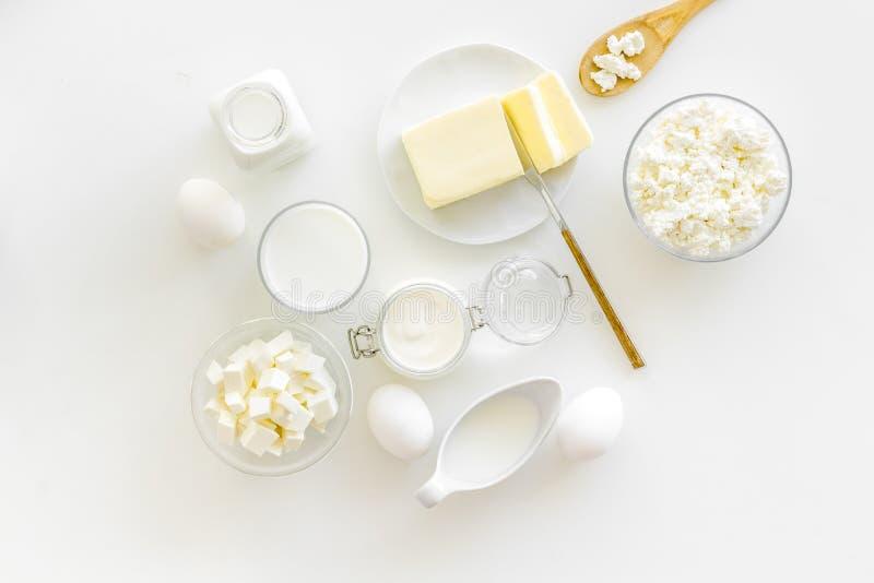 Завтрак на ферме с молочными продучтами на белом взгляде сверху предпосылки стоковые фото