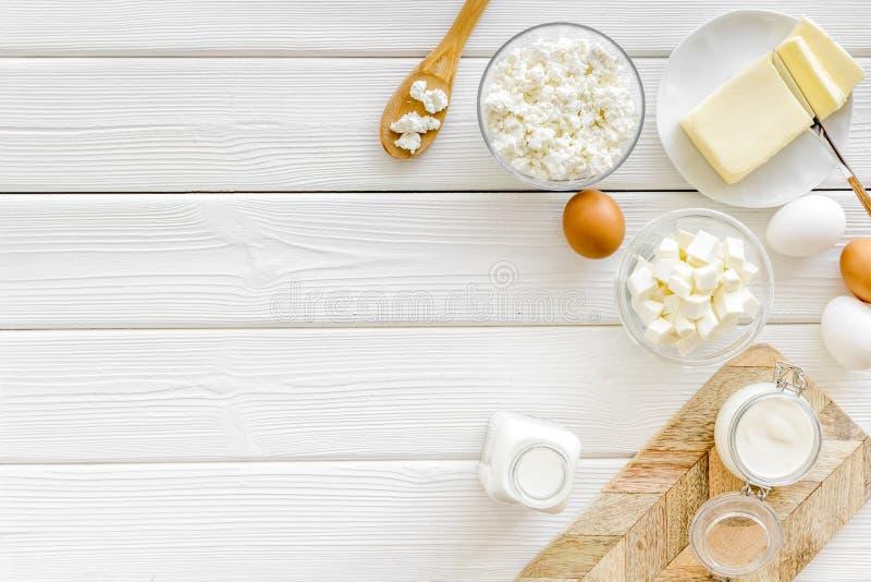 Завтрак на ферме с молочными продучтами на белом деревянном космосе взгляда сверху предпосылки для текста стоковое фото
