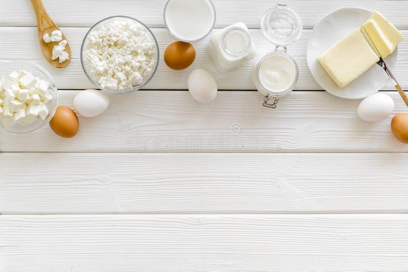 Завтрак на ферме с молочными продучтами на белом деревянном космосе взгляда сверху предпосылки для текста стоковое фото rf
