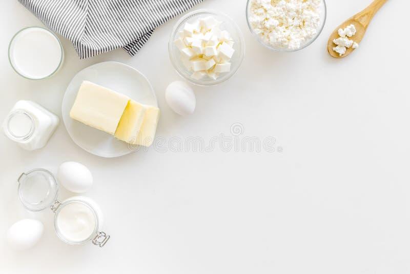 Завтрак на ферме с молочными продучтами на белом космосе взгляда сверху предпосылки для текста стоковая фотография