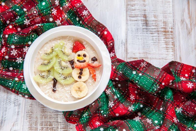 Завтрак овсяной каши каши снеговика, рождество потехи для детей стоковое фото rf