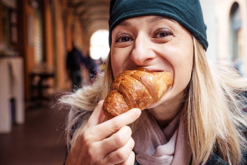 Завтрак открытого бара круассана укуса женщины стоковое изображение rf