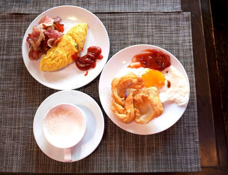 Завтрак прост benedictines стоковое изображение rf