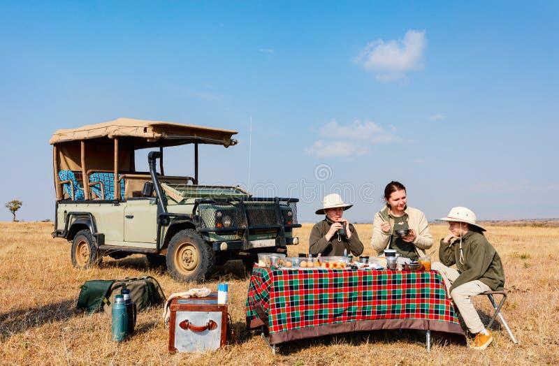 Завтрак сафари семьи стоковое изображение rf