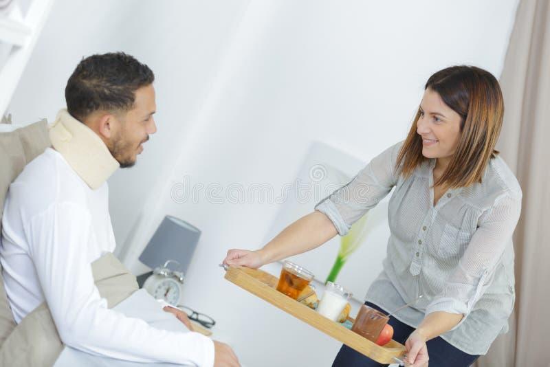 Завтрак сервировки медсестры к пациенту стоковое фото rf