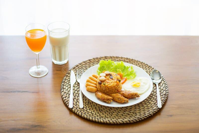 Завтрак с беконом, яичницей, жареной курицей, апельсиновым соком и стоковые изображения