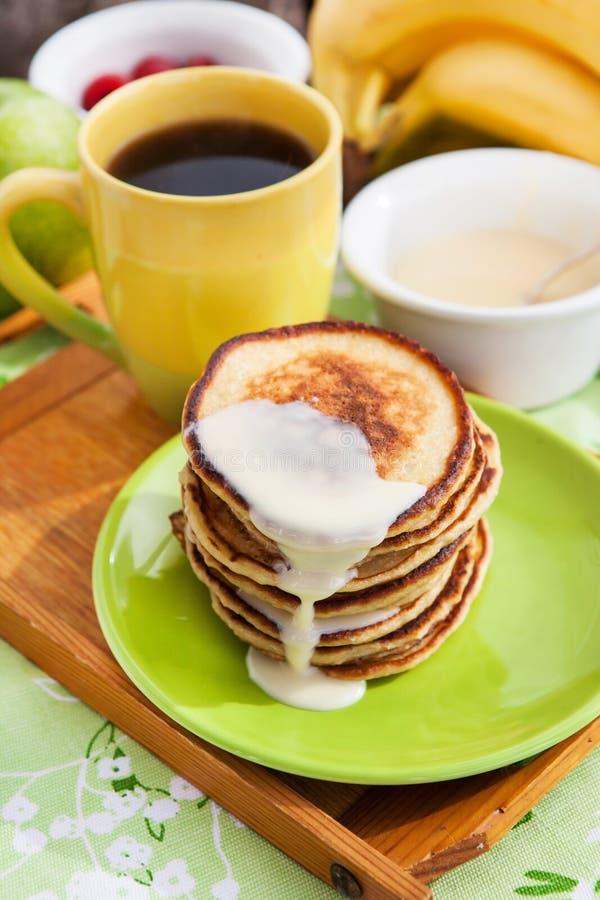 Завтрак с блинчиками яблока стоковая фотография rf