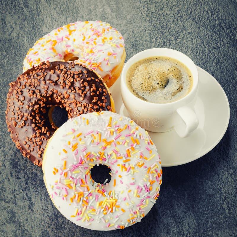 Завтрак с кофе и donuts стоковое изображение rf
