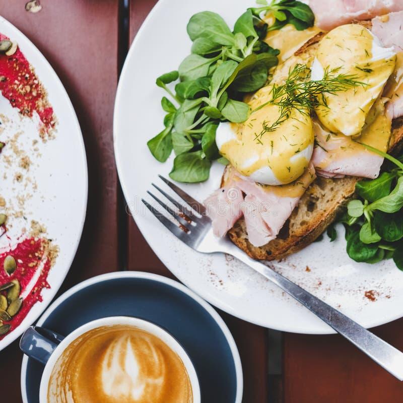 Завтрак с краденными яйцами на хлебе и кофе, квадратном урожае стоковое фото