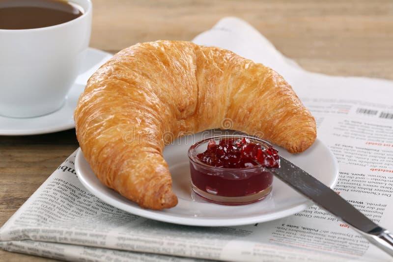 Завтрак с круассаном, кофе и газетой стоковые фото