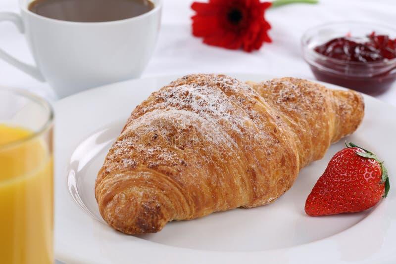 Завтрак с круассаном, кофе и мармеладом стоковые изображения