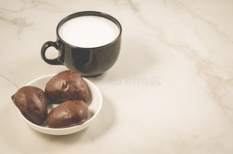 Завтрак с пряниками шоколада и gingerb молока/шоколада стоковые изображения
