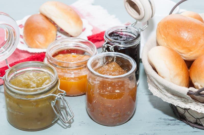 Завтрак с плюшками и вареньем стоковые фотографии rf