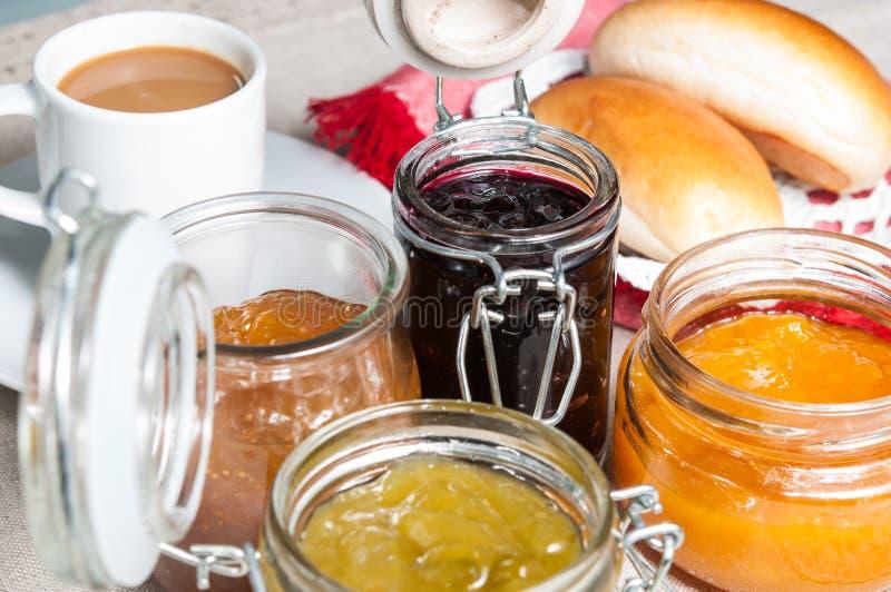 Завтрак с плюшками и вареньем стоковое изображение