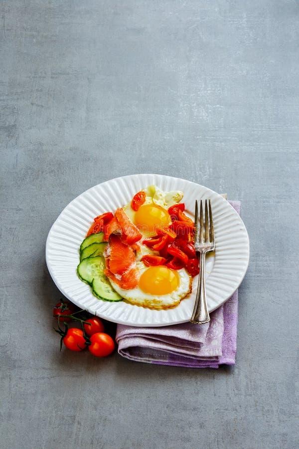 Завтрак с семгами и яичницами стоковое изображение rf