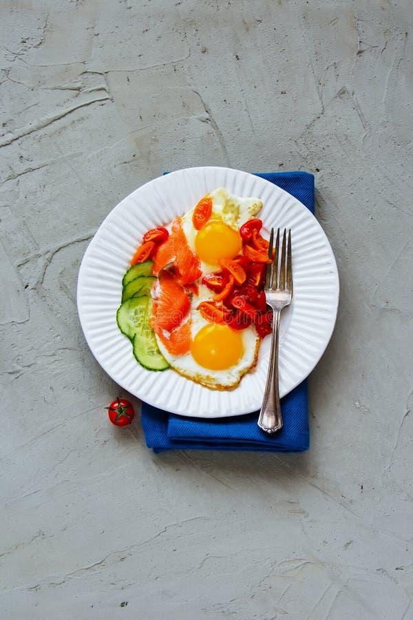 Завтрак с семгами и яичницами стоковая фотография