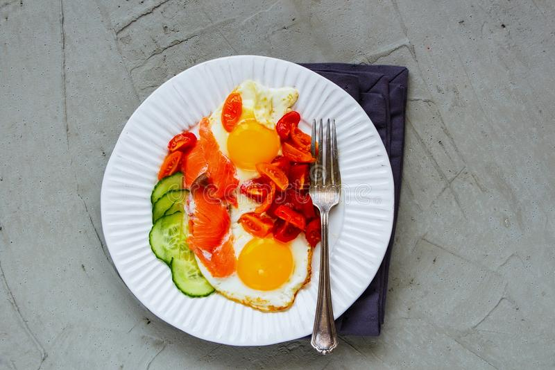 Завтрак с семгами и яичницами стоковые изображения