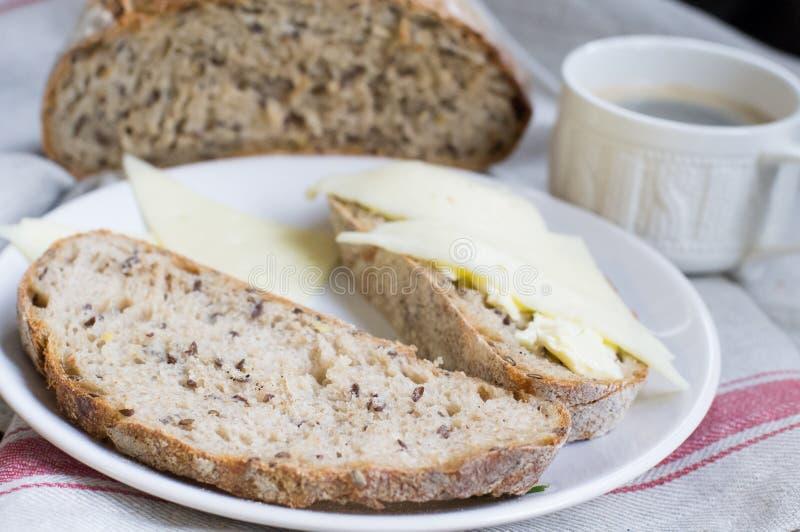 Завтрак с хлебом и кофе всей пшеницы стоковые изображения rf