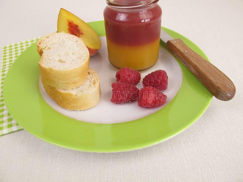Завтрак с bicolor вареньем персика и поленики стоковые фото